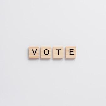 Vista superior de la palabra de madera carta de voto