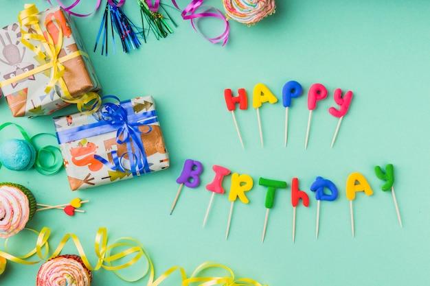 Vista superior palabras de plastilina rodeadas por elementos cumpleaños