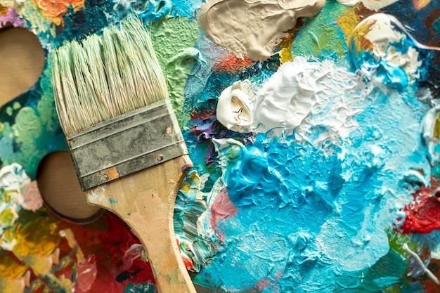 Vista superior de la paleta de la bandeja de pintura con pincel