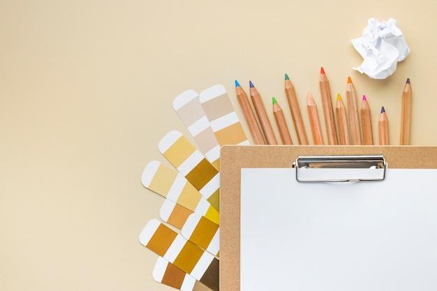 Vista superior de la paleta de colores para la renovación de la casa con lápices de colores