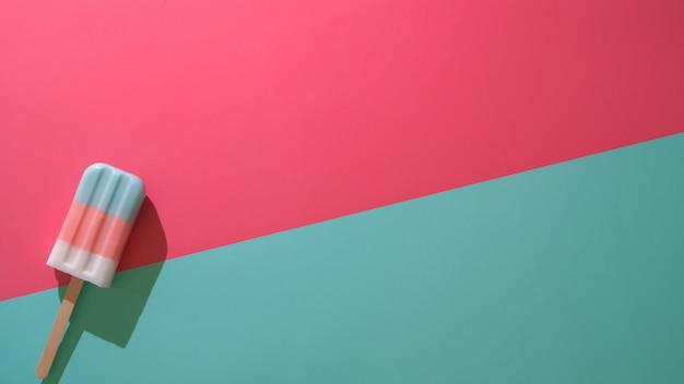 Vista superior de paletas de colores, concepto mínimo de verano