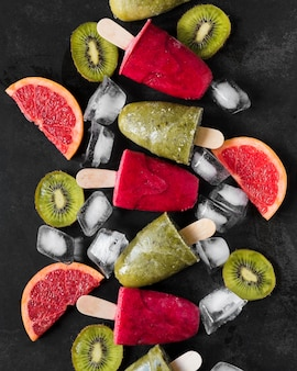 Vista superior de paletas de pomelo rojo y kiwi