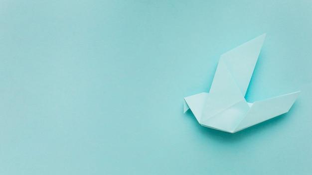 Vista superior de la paloma de papel con espacio de copia
