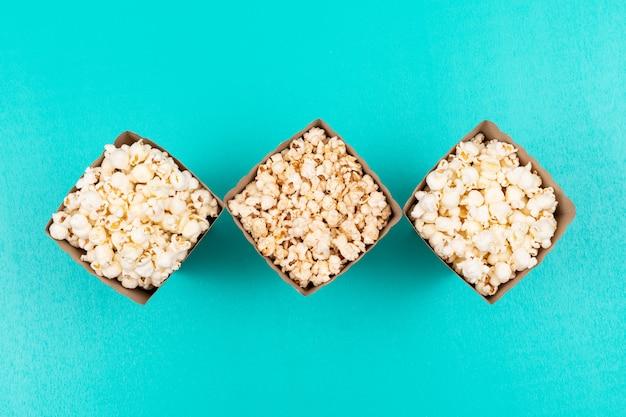 Vista superior de palomitas de maíz en azul horizontal