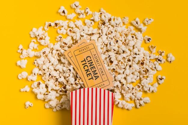 Vista superior palomitas de maíz y boleto de cine