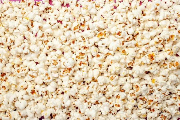 Vista superior de palomitas de maíz frescas para la noche de cine.