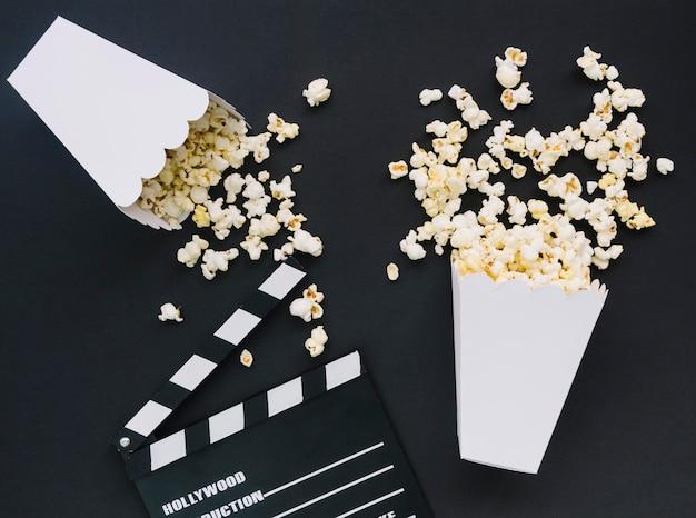 Vista superior de palomitas de maíz saladas con claqueta de cine