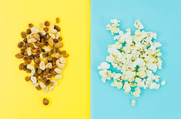 Vista superior palomitas vs frutos secos