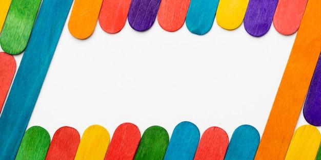 Vista superior de palos de colores con espacio de copia