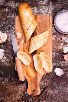 Vista superior pan de ajo sobre la mesa