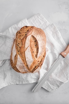 Vista superior de pan con arreglo de cuchillo