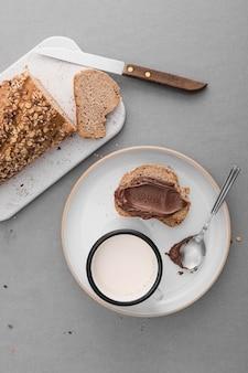 Vista superior de pan con crema de chocolate