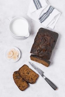 Vista superior pan dulce recién horneado con leche
