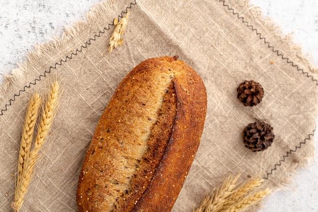 Vista superior de pan horneado sobre tela de arpillera