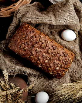 Vista superior de pan integral con semillas de girasol
