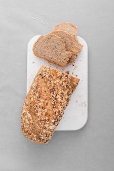 Vista superior de pan en pizarra