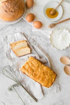 Vista superior de pan de plátano en rodajas con huevos y miel