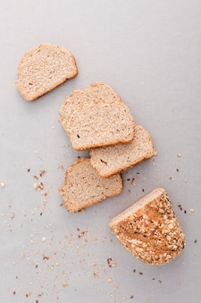Vista superior de pan sobre fondo blanco
