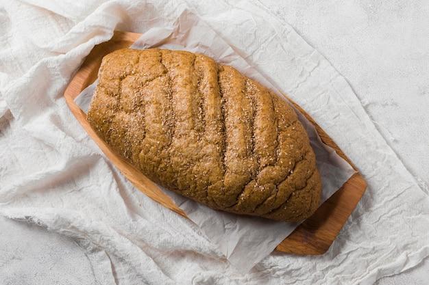 Vista superior de pan sobre tela blanca