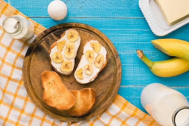Vista superior de pan tostado con mantequilla y plátano. copia espacio