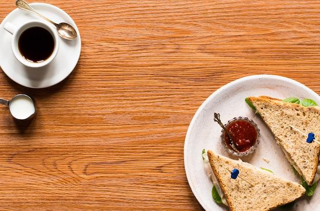 Vista superior de pan tostado saludable con lechuga, sobre un fondo de madera