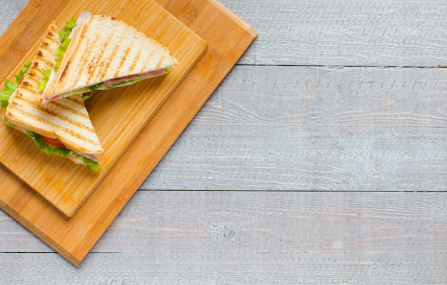 Vista superior de pan tostado saludable sobre un fondo de madera