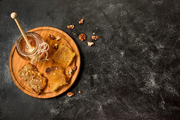Vista superior panales con jarra de miel