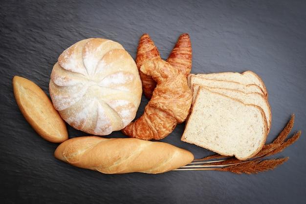 Vista superior de panes en mesa de mármol para comer