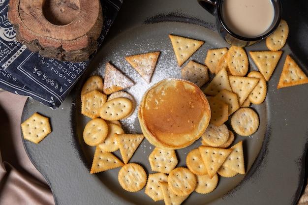 Vista superior de panqueques y patatas fritas con leche en el fondo gris comida comida desayuno postre dulce