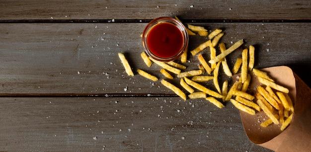 Vista superior de papas fritas y salsa de tomate con espacio de copia