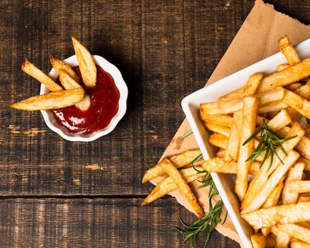Vista superior de papas fritas con salsa de tomate