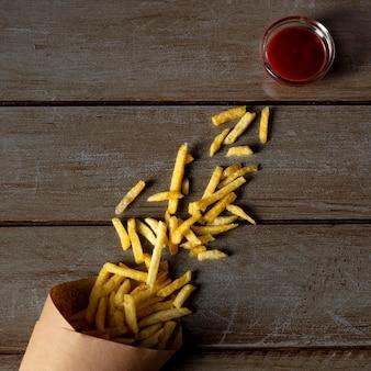 Vista superior de papas fritas y salsa de tomate