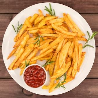 Vista superior papas fritas con salsa