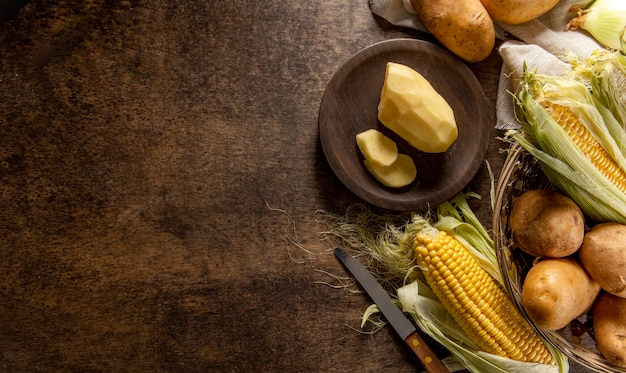 Vista superior de papas con maíz y espacio de copia