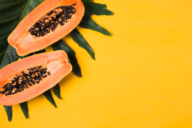 Vista superior papayas frescas con espacio de copia
