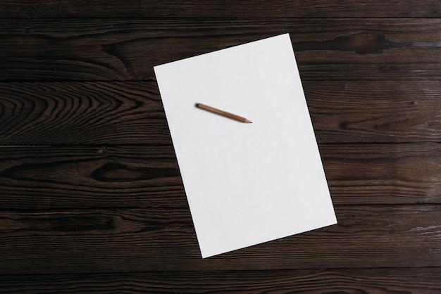 Vista superior de papel en blanco blanco con lápiz
