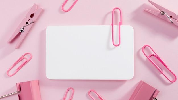 Vista superior de papel en blanco con clips