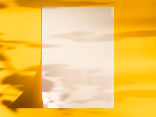 Vista superior de papel en blanco con sombras