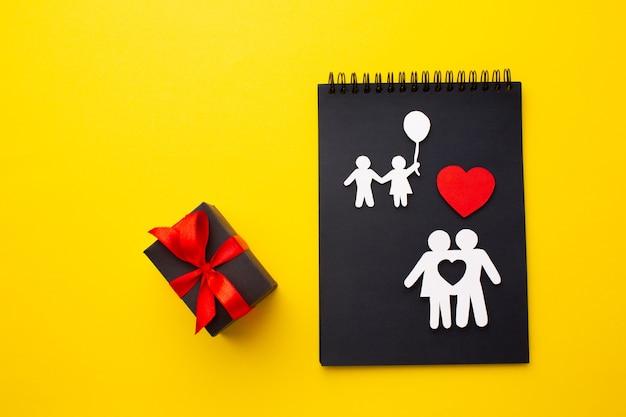 Vista superior papel cortado familia sobre la mesa