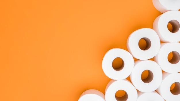 Vista superior de papel higiénico con espacio de copia