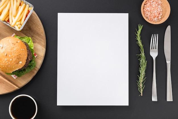 Vista superior del papel de menú en blanco con hamburguesas y papas fritas