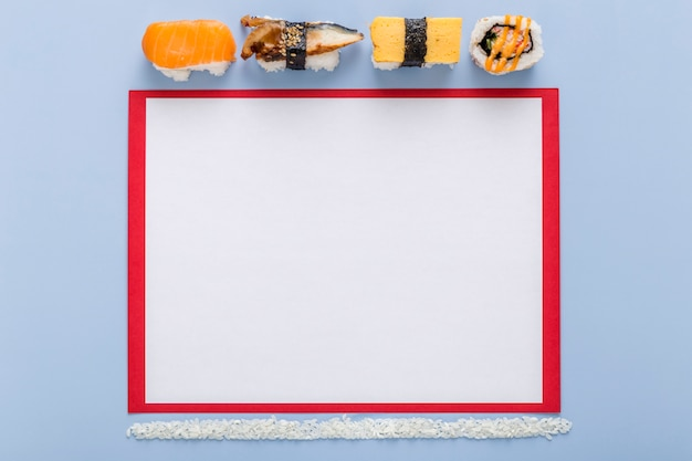 Vista superior del papel de menú en blanco con sushi y arroz