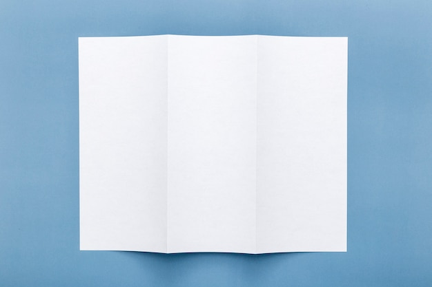 Vista superior del papel de menú en blanco triple