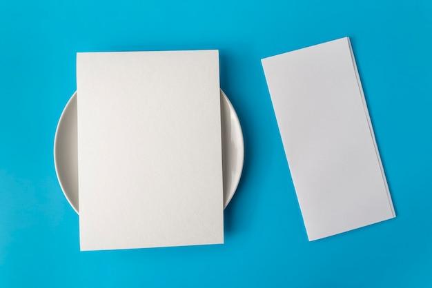 Vista superior del papel de menú vacío en la parte superior de la placa