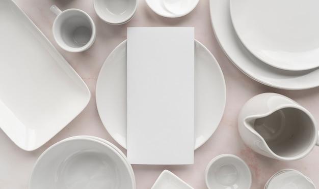 Vista superior del papel de menú vacío con platos simples y limpios