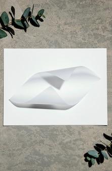 Vista superior del papel de papelería con plantas.