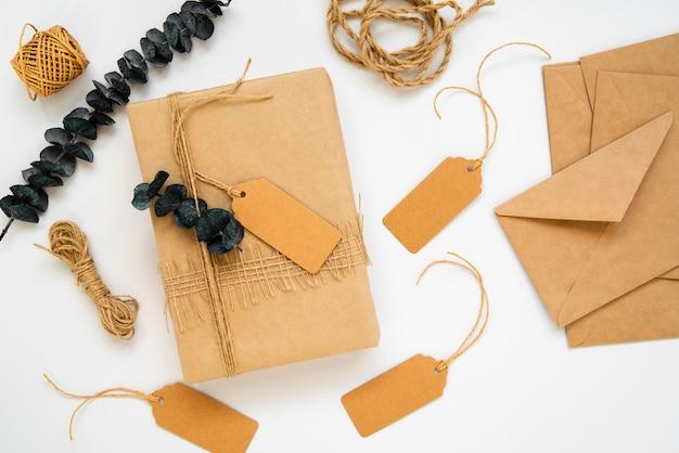 Vista superior de papel de regalo y etiquetas vacías