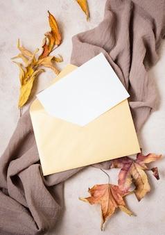 Vista superior de papel con sobre y hojas.