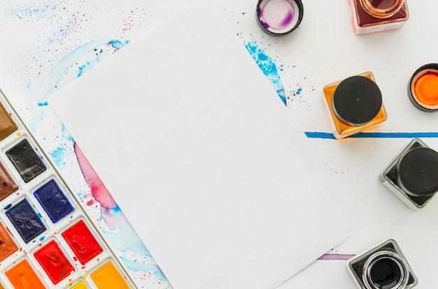 Vista superior papel con tinta y acuarela