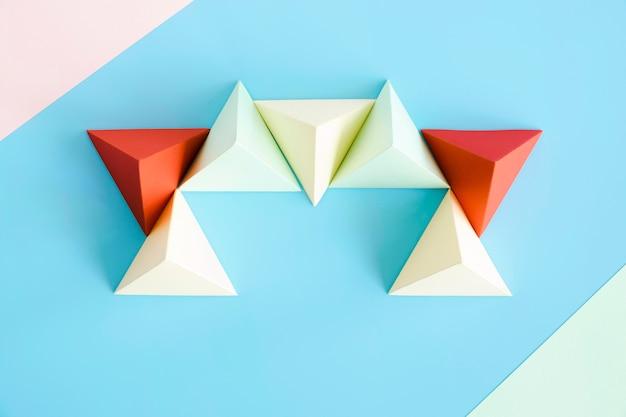 Vista superior del papel de triángulo en el escritorio